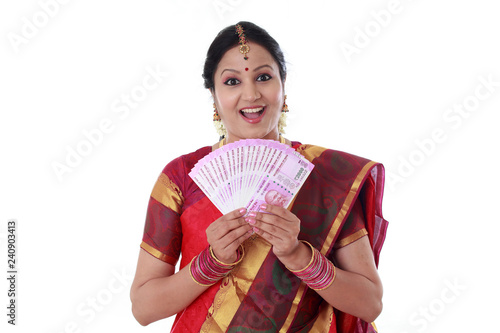 Fotografia  Traditional woman holding new 2000 rupee notes