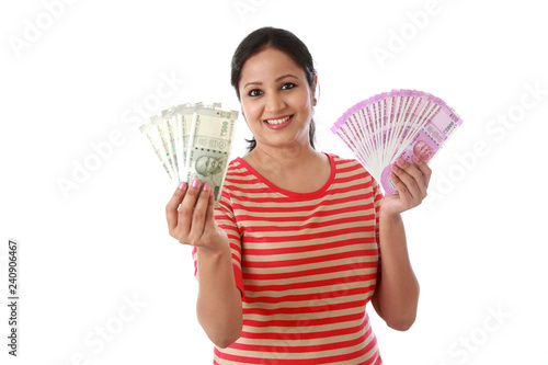 Fotografia  Happy young woman holding Indian 2000 and 500 rupee notes