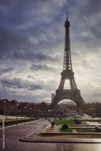 Photo  Eiffel Tower on a Cloudy Autumn Day