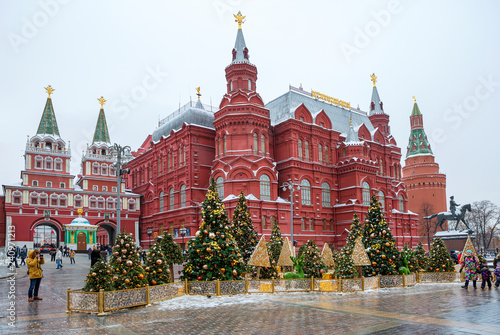 Staande foto Aziatische Plekken Moscow, Russia, New Year. Christmas. Festive decoration of the city. Christmas trees in front of the historical Museum.