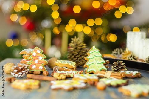 Fototapeta bożonarodzeniowe pierniki na tle świateł choinki  obraz