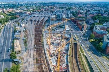 Krajobraz miasta i budowa wieżowca koło dworca kolejowego