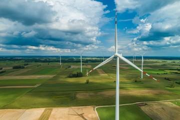 Farma wiatrowa wśród pól uprawnych, z drona