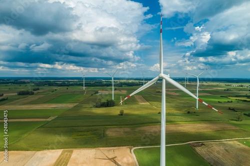 Obraz Farma wiatrowa wśród pól uprawnych, z drona - fototapety do salonu