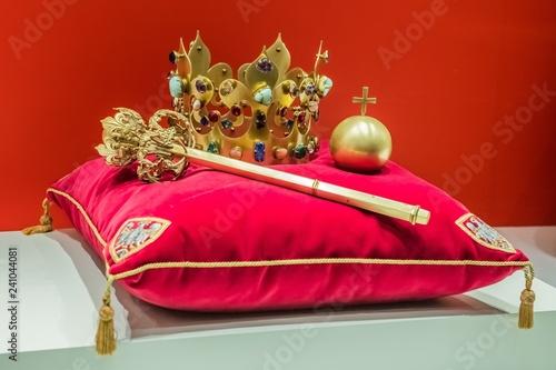 Fototapeta Korona, berło i jabłko. Insygnia królewskie obraz