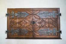 Starodawne Drewniane Drzwi Z Metalowymi Okuciami I Ornamentem