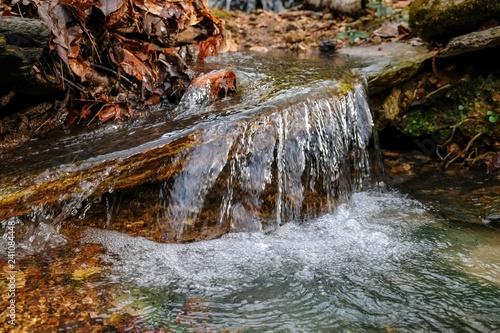 Zdjęcie XXL Zbliżenie mała siklawa z twirling wzorem w lesie w Belvidere, Tennessee.