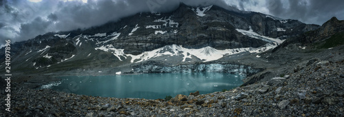 Photo Alpine glacier lake in Swiss Alps - with water and ice in cold blue tones