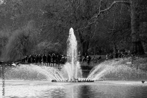 Foto auf Leinwand Fontane La fontaine de St James Park à Londres