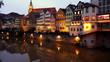 canvas print picture - Häuser entlang des Neckars in Tübingen spiegeln sich im Abendlicht im Wasser