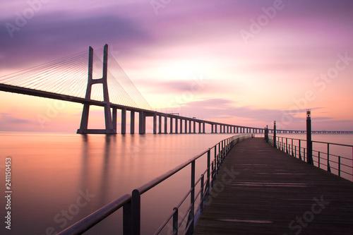Photo  Puente Vasco da Gama bajo un precioso amanecer de Lisboa Portugal