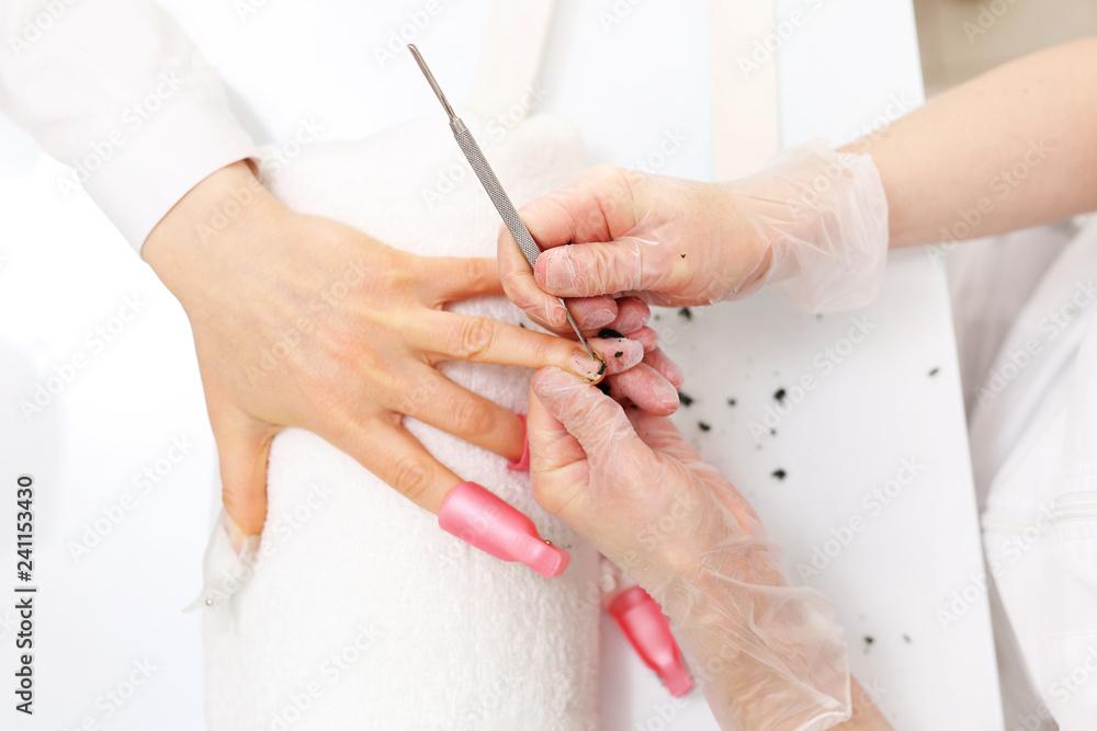 Fototapeta Usuwanie lakieru hybrydowego. Manicure, stylizacja paznokci.