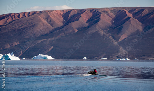 Foto op Aluminium Arctica zodiac driving through arctic landscape with high fjords and floating icebergs