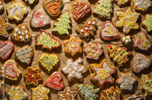 Fototapeta smaczne i kolorowe pierniki bożonarodzeniowe na szarym papierze  obraz