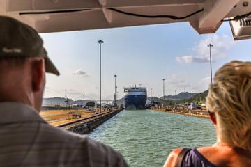 Panamski kanal, Panama - 11. ožujka 2018. - Turisti u potrazi za ogromnim brodom koji ulazi u jednu od brava kanala za dan plavog neba u Panami
