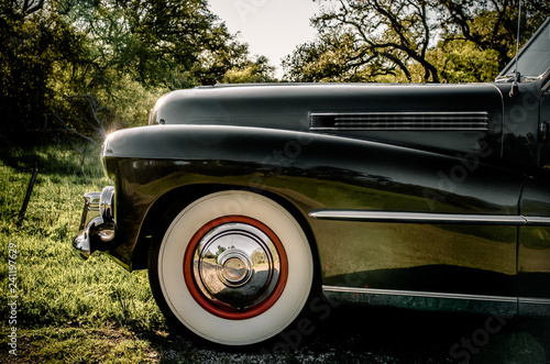 Cadres-photo bureau Vintage voitures Detail of whitewall tires on classic car on a country road