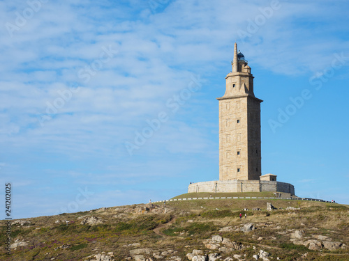 Torre de Hécules en La Coruña con cielo azul con nubes altas