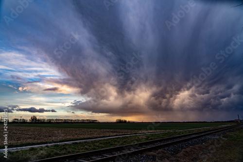 Fotografía Dramatischer Himmel bei Wetterumschwung mit Schienen