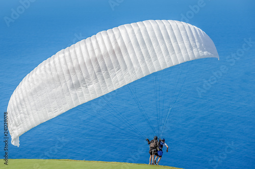 voile blanche de parapente au décollage en tandem