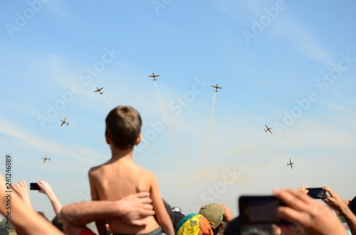 Foto  Aircraft A-29 Super Tucano, formation flight viewed by a kid.