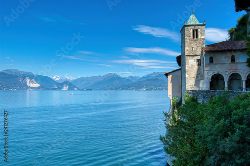Fotografie, Obraz  La chiesa sulla scogliera sul lago maggiore