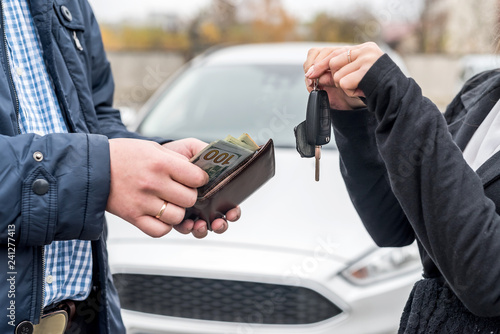 Stickers pour porte Pierre, Sable Male hands with wallet and female hands with keys from car