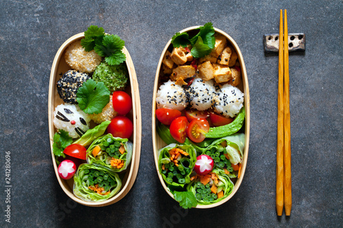 Photo Colorful vegan bento lunch box with green vegetables and tofu