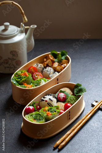 Fotografía  Colorful vegan bento lunch box with green vegetables and tofu