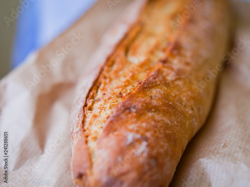 Photo Traditional fresh rustic baguette soured bread close-up on the crust