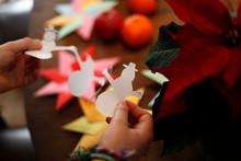 Kinder Basteln, Falten, Schneiden Weihnachten Stern, Origami Weihnachtsstern Und Papier Girlande Von Schneemännern Im Winter