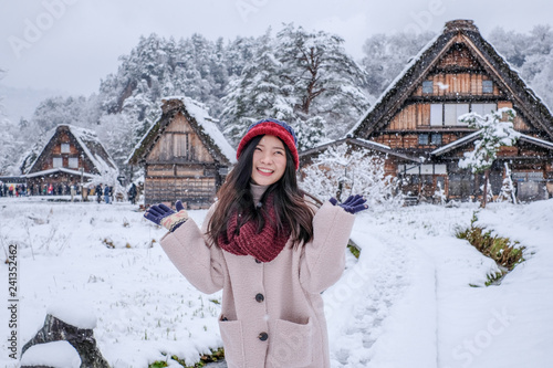 Photo  Asia Girl with happy face at Shirakawa-go village in winter including traditiona