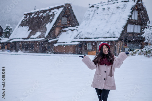Foto  Asia Girl with happy face at Shirakawa-go village in winter including traditiona