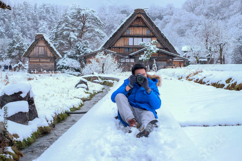 Foto  Photographer take photo on Shirakawa-go village area during snowing in winter, w