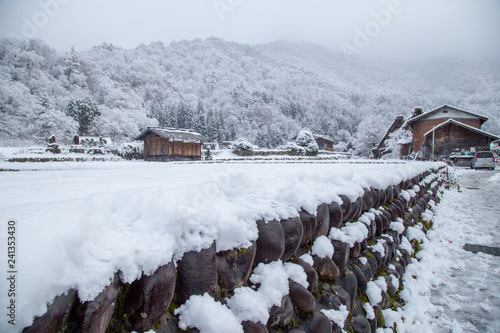 Foto  Nature of Shirakawa-go village area on winter, one of UNESCO world heritage site
