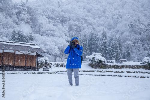 Foto  Photographer take photo on Shirakawa-go village area during snowing in winter, w