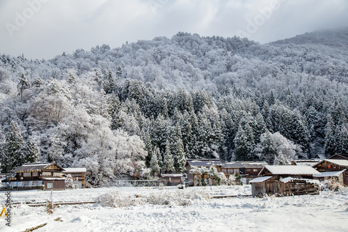 Foto  Nature of Shirakawa-go village area on winter one of UNESCO world heritage sites