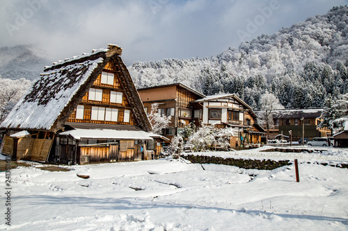 Foto  traditional House Gassho style in Shirakawa-go village in winter, one of UNESCO