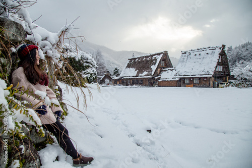Foto  Traveling girl is Sightseeing around Shirakawa-go village area with snow cover o