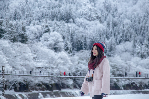 Foto  Happy Girl in Shirakawa-go village area on winter during snowing, with tradition