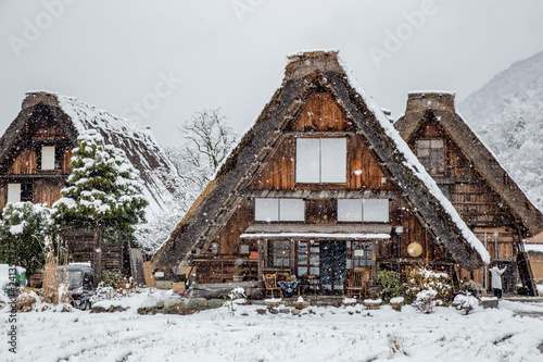 Foto  Best landmark at Shirakawa-go village in winter with traditional House Gassho st