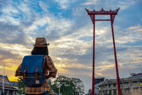 Photographie  asian women tourists are watching the beauty of The Phram Giant Swing with the sky