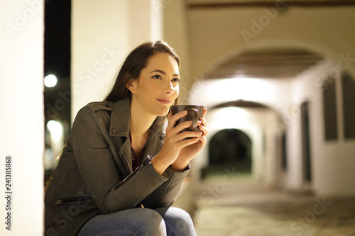 Photo  Relaxed woman drinking coffee in the night