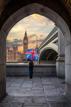 Touristin Mit Union Jack Regenschirm Blickt Auf Den Big Ben Am Westminster Palast In London Während Sonnenuntergang