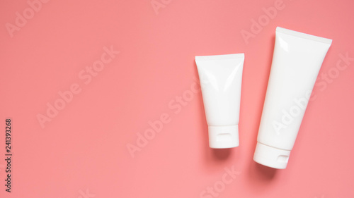 Fotografía  Blank white squeeze bottle plastic tube with flip top cap on pink background