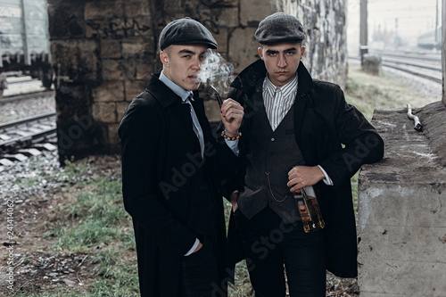 Fotografía  stylish gangsters men, smoking