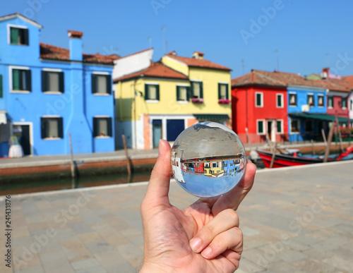 Plakat kryształowa kula i kolorowe domy na wyspie Burano w