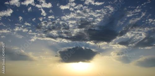 Fotografie, Obraz  Sonnenaufgang, blauer Himmel mit Wolken