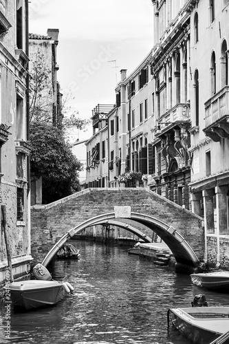 Kanał wenecki z małym mostkiem