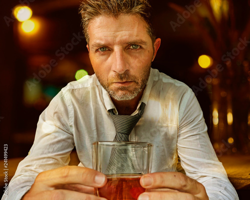 Fotografía  young attractive and depressed alcohol addict man in lose tie drunk and wasted a