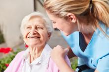 Altenpflegerin Kümmert Sich Um Senior Frau